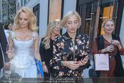 Pamela Anderson Shoppingtour - Innenstadt Wien - Do 18.06.2015 - Pamela ANDERSON spaziert durch Wien Vienna mit Weinglas49