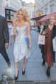 Pamela Anderson Shoppingtour - Innenstadt Wien - Do 18.06.2015 - Pamela ANDERSON spaziert durch Wien Vienna mit Weinglas55