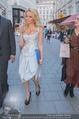 Pamela Anderson Shoppingtour - Innenstadt Wien - Do 18.06.2015 - Pamela ANDERSON spaziert durch Wien Vienna mit Weinglas57