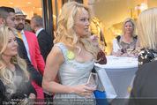 Pamela Anderson Shoppingtour - Innenstadt Wien - Do 18.06.2015 - Pamela ANDERSON spaziert durch Wien Vienna mit Weinglas61
