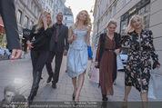 Pamela Anderson Shoppingtour - Innenstadt Wien - Do 18.06.2015 - Pamela ANDERSON spaziert durch Wien Vienna mit Weinglas62