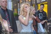 Pamela Anderson Shoppingtour - Innenstadt Wien - Do 18.06.2015 - Pamela ANDERSON spaziert durch Wien Vienna mit Weinglas78
