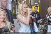 Pamela Anderson Shoppingtour - Innenstadt Wien - Do 18.06.2015 - Pamela ANDERSON spaziert durch Wien Vienna mit Weinglas80