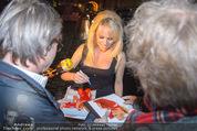 Pamela Anderson - Club Palffy - Fr 19.06.2015 - Pamela ANDERSON schreibt Autogramme1