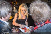 Pamela Anderson - Club Palffy - Fr 19.06.2015 - Pamela ANDERSON schreibt Autogramme2