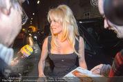 Pamela Anderson - Club Palffy - Fr 19.06.2015 - Pamela ANDERSON schreibt Autogramme3