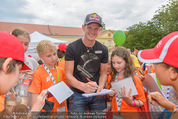 SuperFit Kindertag - Altes AKH - Mi 08.07.2015 - Thomas MORGENSTERN gibt Kindern Autogramme11