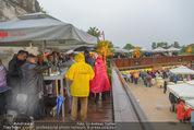 Tosca Premiere - Steinbruch St. Margarethen - Mi 08.07.2015 - Eindr�cke von vor Ort, Regenwetter, Regeschirme, G�ste, etc.40