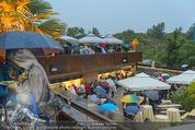 Tosca Premiere - Steinbruch St. Margarethen - Mi 08.07.2015 - Eindr�cke von vor Ort, Regenwetter, Regeschirme, G�ste, etc.52