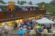 Tosca Premiere - Steinbruch St. Margarethen - Mi 08.07.2015 - Eindr�cke von vor Ort, Regenwetter, Regeschirme, G�ste, etc.53