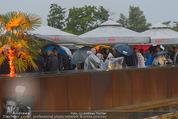 Tosca Premiere - Steinbruch St. Margarethen - Mi 08.07.2015 - Eindr�cke von vor Ort, Regenwetter, Regeschirme, G�ste, etc.54
