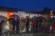 Tosca Premiere - Steinbruch St. Margarethen - Mi 08.07.2015 - Eindr�cke von vor Ort, Regenwetter, Regeschirme, G�ste, etc.92