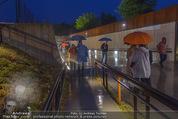 Tosca Premiere - Steinbruch St. Margarethen - Mi 08.07.2015 - Eindr�cke von vor Ort, Regenwetter, Regeschirme, G�ste, etc.93