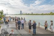 Gourmet Schifffahrt - MS Kaiserin Elisabeth - Di 14.07.2015 - Passagiere bei der Anlegestelle, Skyline Vienna DC Tower43