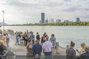 Gourmet Schifffahrt - MS Kaiserin Elisabeth - Di 14.07.2015 - Passagiere bei der Anlegestelle, Skyline Vienna DC Tower44