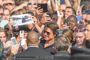 Mission:Impossible Weltpremiere - Wiener Staatsoper - Do 23.07.2015 - Tom CRUISE gibt Autogramme, Selfies70