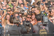 Mission:Impossible Weltpremiere - Wiener Staatsoper - Do 23.07.2015 - Tom CRUISE gibt Autogramme, Selfies80