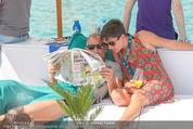 Beachvolleyball FR - Klagenfurt - Fr 31.07.2015 - Thomas MUSTER mit Ehefrau Caroline OFNER lesen Zeitung23