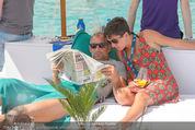 Beachvolleyball FR - Klagenfurt - Fr 31.07.2015 - Thomas MUSTER mit Ehefrau Caroline OFNER lesen Zeitung24