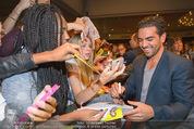 Fack ju Göthe 2 Kinopremiere - Cineplexx Donauplex - Di 08.09.2015 - Elyas M�BAREK schreibt Autogramme, macht Selfies100