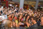 Fack ju Göthe 2 Kinopremiere - Cineplexx Donauplex - Di 08.09.2015 - Elyas M�BAREK schreibt Autogramme, macht Selfies101