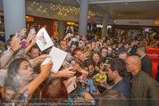 Fack ju Göthe 2 Kinopremiere - Cineplexx Donauplex - Di 08.09.2015 - Elyas M�BAREK schreibt Autogramme, macht Selfies102