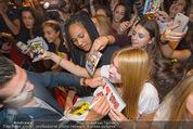 Fack ju Göthe 2 Kinopremiere - Cineplexx Donauplex - Di 08.09.2015 - Elyas M�BAREK schreibt Autogramme, macht Selfies104