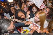 Fack ju Göthe 2 Kinopremiere - Cineplexx Donauplex - Di 08.09.2015 - Elyas M�BAREK schreibt Autogramme, macht Selfies105