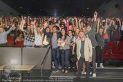 Fack ju Göthe 2 Kinopremiere - Cineplexx Donauplex - Di 08.09.2015 - Elyas M�BAREK macht Foto Selfie mit dem Publikum145