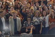 Fack ju Göthe 2 Kinopremiere - Cineplexx Donauplex - Di 08.09.2015 - Elyas M�BAREK macht Foto Selfie mit dem Publikum180