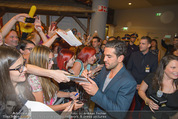 Fack ju Göthe 2 Kinopremiere - Cineplexx Donauplex - Di 08.09.2015 - Elyas M�BAREK schreibt Autogramme, macht Selfies63