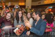 Fack ju Göthe 2 Kinopremiere - Cineplexx Donauplex - Di 08.09.2015 - Elyas M�BAREK schreibt Autogramme, macht Selfies70