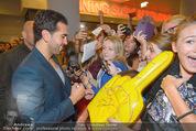 Fack ju Göthe 2 Kinopremiere - Cineplexx Donauplex - Di 08.09.2015 - Elyas M�BAREK schreibt Autogramme, macht Selfies76