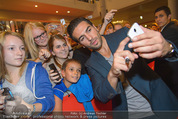 Fack ju Göthe 2 Kinopremiere - Cineplexx Donauplex - Di 08.09.2015 - Elyas M�BAREK schreibt Autogramme, macht Selfies77
