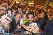 Fack ju Göthe 2 Kinopremiere - Cineplexx Donauplex - Di 08.09.2015 - Elyas M�BAREK schreibt Autogramme, macht Selfies78
