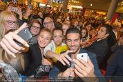 Fack ju Göthe 2 Kinopremiere - Cineplexx Donauplex - Di 08.09.2015 - Elyas M�BAREK schreibt Autogramme, macht Selfies79