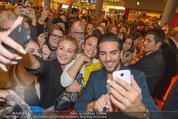 Fack ju Göthe 2 Kinopremiere - Cineplexx Donauplex - Di 08.09.2015 - Elyas M�BAREK schreibt Autogramme, macht Selfies80