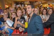Fack ju Göthe 2 Kinopremiere - Cineplexx Donauplex - Di 08.09.2015 - Elyas M�BAREK schreibt Autogramme, macht Selfies81