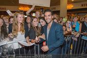Fack ju Göthe 2 Kinopremiere - Cineplexx Donauplex - Di 08.09.2015 - Elyas M�BAREK schreibt Autogramme, macht Selfies82