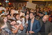 Fack ju Göthe 2 Kinopremiere - Cineplexx Donauplex - Di 08.09.2015 - Elyas M�BAREK schreibt Autogramme, macht Selfies83