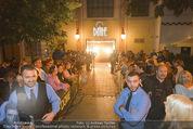 Andreas Gabalier Videodreh - Praterdome - Mi 09.09.2015 - Eingangsbereich mit Fans, Spalier2