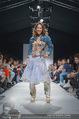Vienna Fashion Week Finalshow - MQ Vienna Fashion Week Zelt - So 13.09.2015 - Miriam HIE am Laufsteg, Modenschau f�r Ninali121