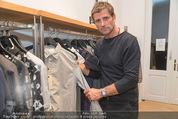 Fashion for Charity - Bestseller Headquarter - Do 24.09.2015 - Volker PIESCZEK beim Shoppen236