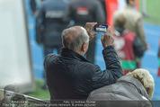 Österreich - Liechtenstein - Ernst Happel Stadion - Mo 12.10.2015 - Erwin PR�LL filmt mit Handy58
