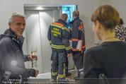 Charity Flohmarkt - Altstadt Hotel - Do 15.10.2015 - Feuerwehr versucht steckengebliebenen Lift zu �ffnen11