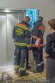 Charity Flohmarkt - Altstadt Hotel - Do 15.10.2015 - Feuerwehr versucht steckengebliebenen Lift zu �ffnen12
