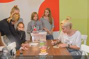 Sarah Connor Besuch - Ronald McDonald Kinderhilfehaus - Do 22.10.2015 - Sarah CONNOR gibt Kindern Autogramme39