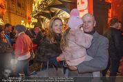 Heute Charitypunsch - Christkindlmarkt Stephansplatz - So 15.11.2015 - Kurt MANN mit Joanna und Tochter Tamara33