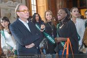 100 Miss Earth - Belvedere - Fr 27.11.2015 - Die Missen (Miss Earth) in der Ausstellung8