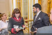Anna Netrebko Hochzeit - Trauung - Palais Coburg - Di 29.12.2015 - Yusif EYVAZOV mit Standesbeamtin (Passkontrolle)45